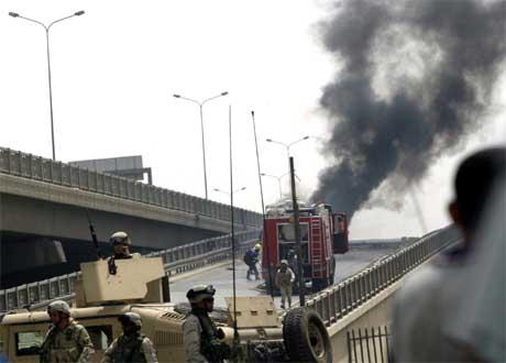 Amerikanske soldater sperrer motorveien utenfor Bagdad etter nok en veibombe. (Foto: AFP/Scanpix)
