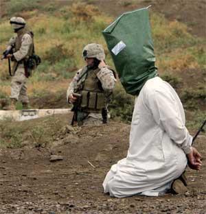 Amerikanske soldater jakter på opprørere i Irak, men motstandskampen øker i omfang. (Foto: AP/Scanpix)
