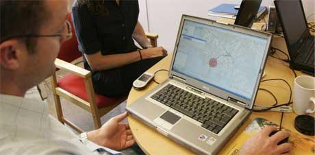 Smittejegerne analyserer geografiske og klimatiske data i Onsøy rådhus i Fredrikstad onsdag for å se spredningsmønsteret til legionella-bakteriene. Foto: Erlend Aas / SCANPIX
