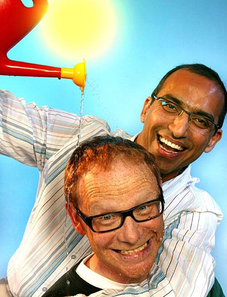Bilde: Olav Viksmo Slettan og Shazhad Rana er programledere for sommerens første Reiseradio i NRK P1 onsdag. (Foto: NRK/Ole Kaland)
