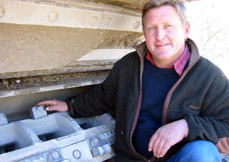 SOLID STEINKNUSER: Jan Inge Gjermundshaug lette i flere år før han fant sterkt nok utstyr til asfaltfresing.