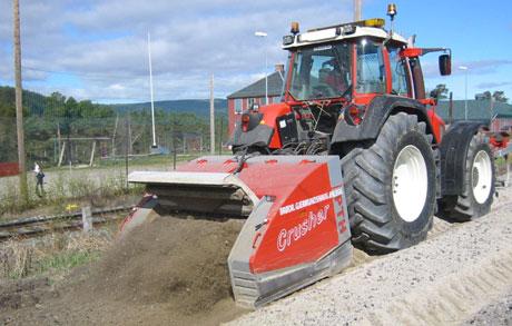 FULL FRES: Dårlig asfaltveg blir prima grusveg før ny dekkelegging. (Alle foto: Joar Elgåen/NRK)