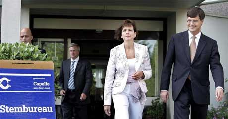 JA-MANN: Statsminister Jan Peter Balkenende og kona Bianca på vei ut av stemmelokalet. (Foto: Scanpix / AFP)