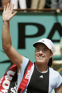 Justine Henin-Hardenne vinker til publikum etter seieren i semifinalen. (Foto: AFP/Scanpix)
