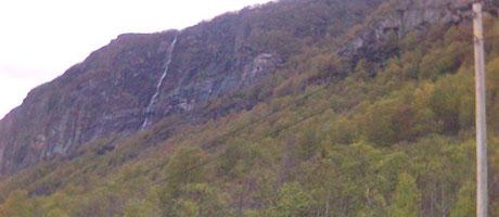 Steinblokka heng oppe i denne fjellsida, til høgre for fossen. (Foto: Runar Henriksen Jørstad/NRK)