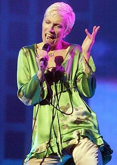 Annie Lennox er en av de internasjonale artistene som stiller opp for å støtte Nelson Mandelas HIV/Aids-kamp. Foto: Khoi Ton, AP Photo / Scanpix.
