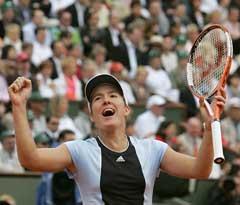 Justine Henin-Hardenne jubler etter seieren i finalen. (Foto: AFP/Scanpix)
