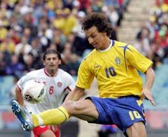 Zlatan Ibrahimovic demper ballen foran Maltas Luke Dimech. (Foto: AFP/Scanpix)
