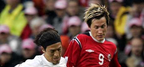 Morten Gamst Pedersen i aksjon mot Italias Mauro G. Camoranesi. (Foto: Tor Richardsen / SCANPIX)