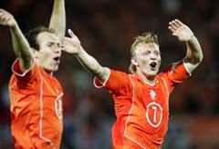 Nederlands to målscorere Arjen Robben (t.v) og Dirk Kuyt jubler etter seieren over Romania. (Foto: AP/Scanpix)