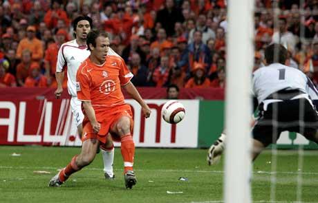 Arjen Robben scorer 1-0 målet mot Romania. (Foto; AFP/Scanpix)