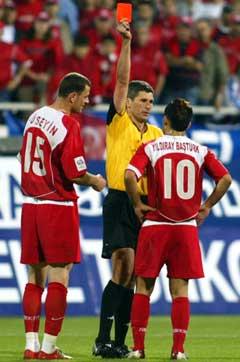 Tyrkias Yildiray Basturk fikk rødt kort i kampen mot Hellas. (Foto: AP/Scanpix)