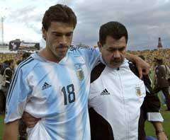 Argentinas Christian Gonzalez fikk trøst av assistenttreneren etter tapet mot Ecuador. (Foto: AP/Scanpix)