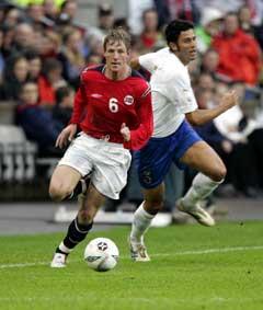 Jan Gunnar Solli kom seg forbi Italias Fabio Grosso under kampen mot Italia. (Foto: Tor Richardsen / SCANPIX)