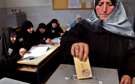 En kvinnelig Hizbollah-tilhenger stemmer i landsbyen Jabsheet. (Foto: Reuters/Scanpix)