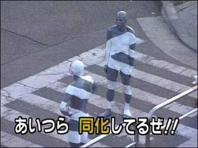 En gruppe performance-kunstnere demonstrerer hvordan man kan bli usynlig i trafikken.