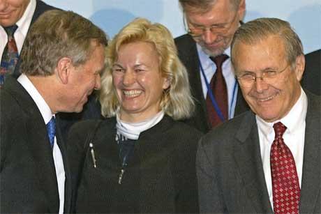 Forsvarsminister Kristin Krohn Devold går godt sammen med sin amerikanske kollega Donald Rumsfeld. Her er de sammen med NATOs generalsekretær Jaap de Hoop Scheffer på NATO-møtet i Nice i Frankrike 10. februar i år. (Foto: Lionel Cironneau/AP/Scanpix)