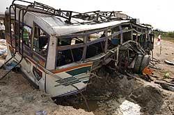 Ikke mye igjen av bussen som ble bombet at maoistene i Nepal. Foto: AP/Scanpix