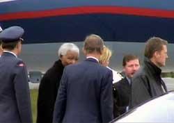 Nelson Mandela ble møtt av venner og livvakter. (Foto: NRK)