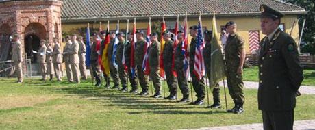 Mange veteraner, offisielle personer og militære gjester er blant deltakerne ved Kongsvinger festning(Foto: Vera Vold)