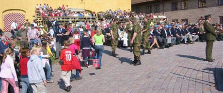Rundt 1000 mennesker er samlet til den største markeringen av unionsoppløsningen i Hedmark.(Foto: Vera Vold)