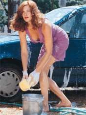 """Liv og jeg er gode venner, her vasker hun bilen min."" Helt sant! (Fra One Night at McCools. Foto: Egmont)"