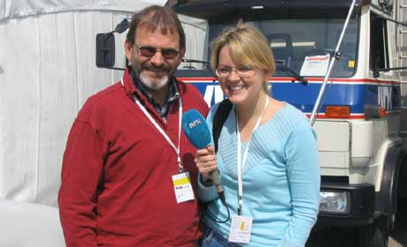 Ida Kjøstelsen fra NRK og Jörgen Winkler fra SVT skal sammen lede lytterne i Norge og Sverige gjennom broåpningen fredag (Foto: Vigdis Elliasen; NRK)