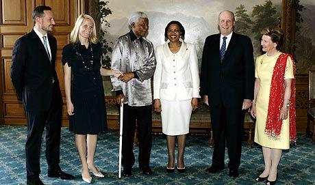Nelson Mandela og hans kone Graca Machel ble torsdag mottatt i audiens på slottet. F.v. kronprins Haakon, kronprinsesse Mette-Marit, ekteparet Mandela, kong Harald og dronning Sonja. Foto: Scanpix