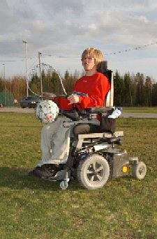 Journalist Heidi Wexels Riser i avisa Raumnes har skrevet saken om Simen som trosser sitt handikap og er med på det lokale fotballaget. (Foto: Heidi Wexels Riser, avisa Raumnes)