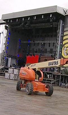 Scenen som bygges opp i Tromsdalen til Mandela-konserten 11. juni er den største i Norges historie. Foto: NRK.