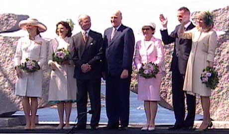 De to kongefamilien foran tusenvis av fremmøtte. (Foto: NRK)