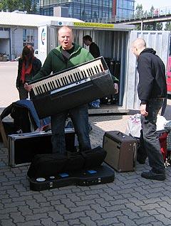Utstyr på vei ut av container i Kiel. Et eksemplar av menneskejerven tar kommando. Foto: Schtimm.