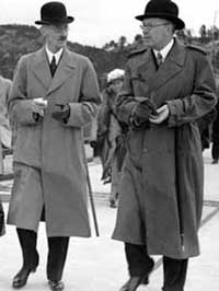 Åpningen av Svinesund bru i 1946. Til venstre ser vi kong Haakon sammen med kronprins Gustav Adolf av Sverige Foto: NTB arkiv / SCANPIX