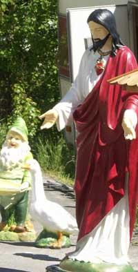 På Svinesund har du alltid kunnet kjøpe mye av det du ikke trenger. En ca. 150 centimeter høy Jesus-figur for eksempel ? Foto: Rainer Prang, NRK