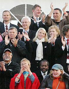Ivrige publikummere var blant andre HKH Kronprinsesse Mette Marit, statsminister Kjell Magne Bondevik og AP-leder Jens Stoltenberg og Tromsø-ordfører Herman Kristoffersen. Foto: Arne Kristian Gansmo, NRK.