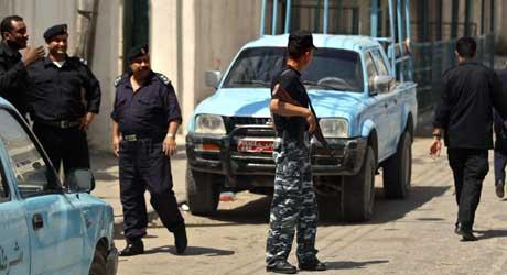 Palestinsk politi holder vakt utenfor en bygning der de dømte skal føres ut (Scanpix/AP)