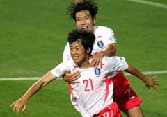 Park Ji Sung (foran) jubler etter å ha scoret mot Portugal i VM i 2002. (Foto. AP/Scanpix)