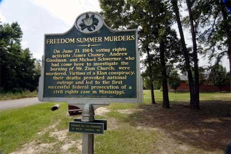 Dette minnnesmerke er sett opp utanfor metodistkyrkja som vart sett i brann av Ku Klux Klan-medlemer. (Foto: AFP/Scanpix)