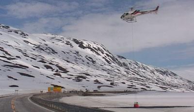 I helga prøvde Vegvesenet å fjerne snøfonna med vassbomber, utan å lykkast. (Foto: NRK)