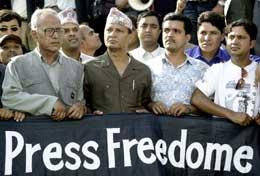 Journalistforbundets leder Bishnu Nisthuri (foran med lue) og andre journalister under dagens demonstrasjon for større pressefrihet (Scanpix/AFP)