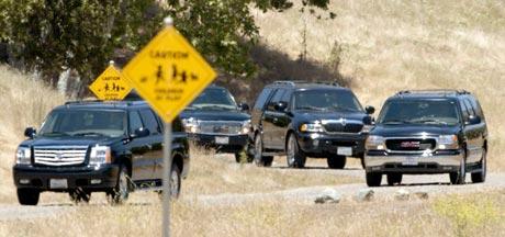 Michael Jackson, hans familie og medarbeidere reiste fra Neverland-ranchen for å motta juryens kjennelse. Foto: Nick Ut, AP Photo / Scanpix.
