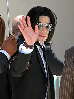 Michael Jackson ankommer rettslokalet for siste gang i barnemishandlingssaken. Foto: Michael Mariant, AP Photo / Scanpix.