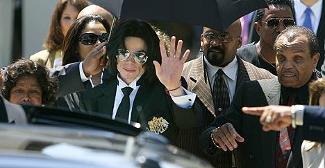 Michael Jackson forlater rettslokalet i Santa Maria for siste gang, etter å ha blitt frikjent for anklagene om utuktig omgang med mindreårige. Foto: Haraz Ghanbari, AP Photo / Scanpix.
