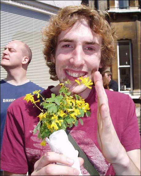 """Engelsk student med halvtørr """"blomsterbukett"""", pent pakket inn i et vått A4-ark."""