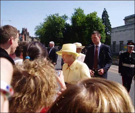 Dronning Elisabeth ankommer universitetsområdet.