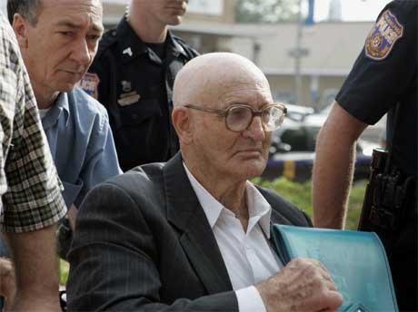 81 år gamle Edgar Ray Killen på vei inn i rettssalen mandag. Foto: AP/Scanpix)