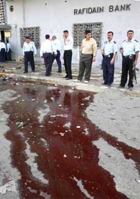 Blod fyller gaten utenfor Al-Rafidain-banken i Kirkuk. (Foto: AFP/Scanpix)