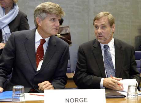 Bjørn T. Grydeland (t.v.) fra Molde blir ny president i ESA. Her sammen med utenriksminister Jan Petersen. Foto:AFP/Scanpix)