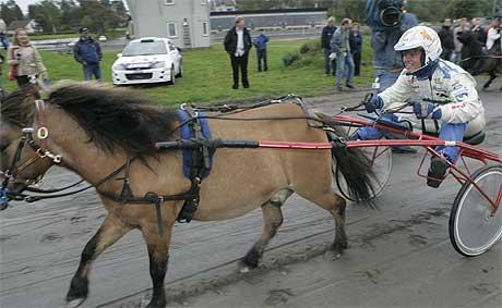 Storebror Hennings ponny var først over målstreken på Momarken tirsdag. (Foto: Heiko Junge / SCANPIX)