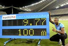 Asafa Powell viser frem sin nye rekord. (Foto: Reuters/Scanpix)